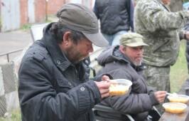 Теплые обеды для нуждающихся людей