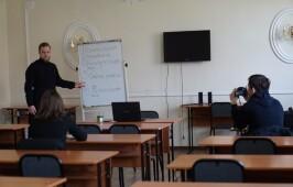 Молодежные лидеры Омской епархии начали обучение основам добровольческой деятельности на приходе