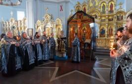 Митрополит Владимир совершил утреню Великого Пятка с чтением двенадцати Страстных Евангелий