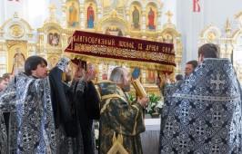 В Великую Пятницу митрополит Владимир совершил вечерню с выносом Плащаницы