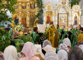 В праздник Святой Троицы митрополит Владимир возглавил Литургию в Успенском кафедральном соборе