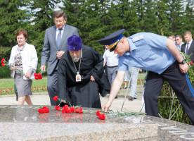 Митрополит Владимир в День памяти и скорби возложил цветы к Вечному огню