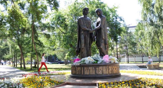 Памятник-Петру-и-Февронии-в-Омске