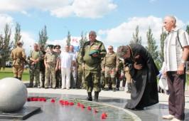 настоятель и прихожане  храма Архистратига Михаила приняли участие в панихиде и возложении цветов к мемориалу погибшим воинам