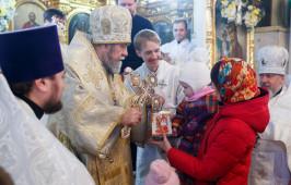 Радость о Родившемся Богомладенце с правящим архиереем разделили прихожане собора Воздвижения Креста Господня