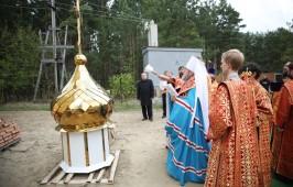 Храм в честь святителя Луки (Войно-Ясенецкого) в поселке Тихая речка увенчан куполом и крестом