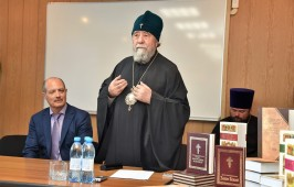 Митрополит Владимир подарил предприятию Омсктехуглерод духовную литературу